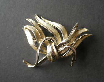 Signed Hollywood vintage abstract gold tone brooch