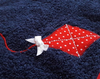 """Bib in blue marine sponge, """"kite"""" red white polka dot pattern * 21 x 31 cm."""