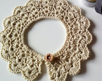 Lace collar for children crocheted in soft bamboo yarn and laminated. Wooden button. Prompt delivery