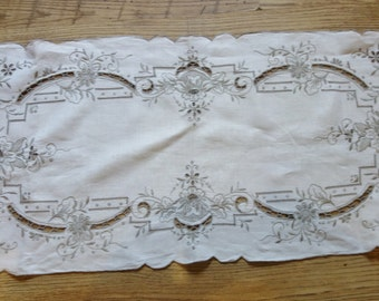 beautiful vintage embroidered linen table runner 40x15 inches