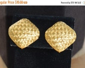On sale Pretty Vintage Gold tone Woven Pattern Square Clip Earrings (AN15)