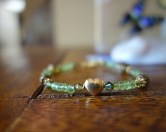 Gold heart charm peridot beaded bracelet