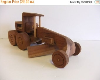 Christmas Sale Vintage Grader, Wooden Toy Grader, Handmade toy, Solid Wood, no batteries need toy, primitive, Folk Toy, Display piece