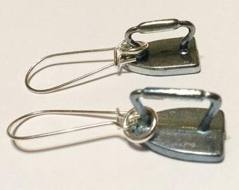 Monopol Eisen Brettspiel Stück Token Ohrringe - Upcycled Silber Metall Eisen auf französischen Ohrhaken