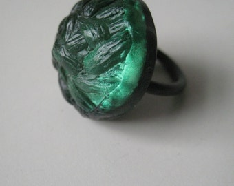 Radiant green buttonring