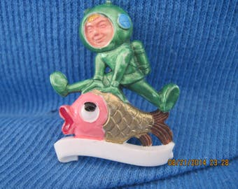 Vintage BEAUTIFUL Acrylic Deep Sea Diver & Fish Pin....#7427