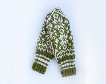 Traditional Norwegian Mittens // Selbuvotter in Forest Green and White