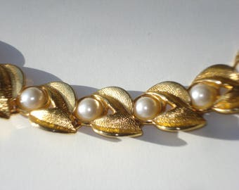 Vintage Gold Pearl Necklace - Faux Pearls Gold Leaves - Retro Princess Costume Jewelry 1980s