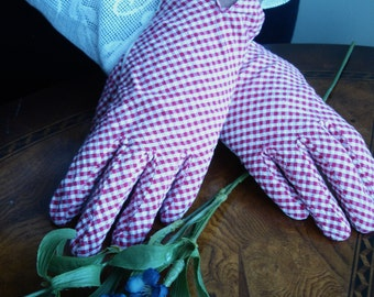Gingham Ladies checkered red and white gloves, 1930s gloves, casual wrist gloves, size small, vintage accessory, Ladies vintage clothing