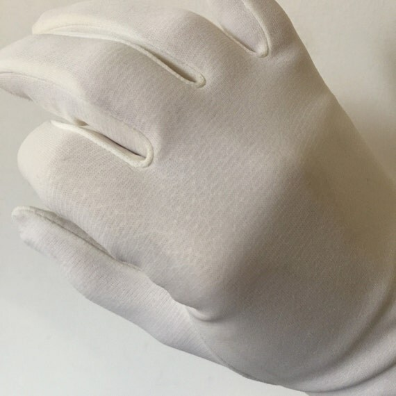1950s gloves white nylon jersey vintage wedding bridal accesories size 7 daytime shorties wrist length day gloves glossy