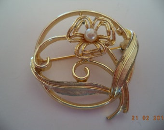 Vintage  Sarah Coventry Goldtone/Faux Pearl Flower Brooch/Pin