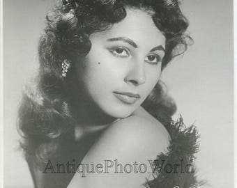Beautiful woman singer Shamari vintage photo