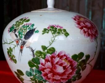 VINTAGE ORIENTAL Vase with lid and floral decoration