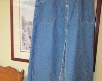 Boho Bill Blass Jeans Below Knee Vintage Denium Skirt Size S  Metal Bill Blass Buttons Down the Front 9   Side Pockets 2 100 % Cotton