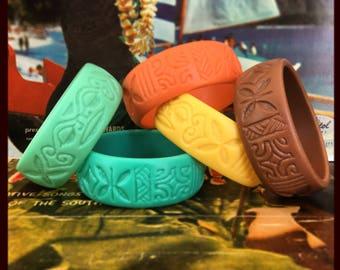 Bracelet en résine gravé de motifs polynésiens. Réalisé à la main. tiki, retro, vintage, rockabilly, pin up, hula girl, vahine hawai, luau