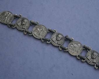 B895) A lovely vintage silver tone metal Egyptian Pharaoh souvenir charm panel linked bracelet
