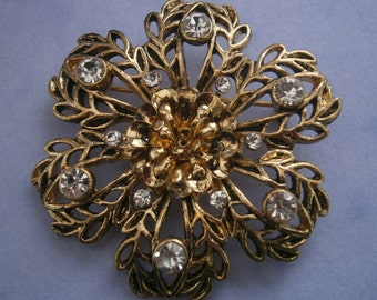 B985) A lovely retro vintage gold tone metal filigree leaf flower rhinestone circular brooch