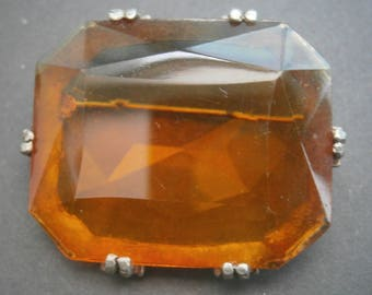 D105) A lovely vintage gold tone metal large orange amber cut glass claw set rectangular brooch
