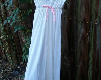 Beautiful Vintage Negligee/Shabby Chic/ Lace with embroidered Flowers