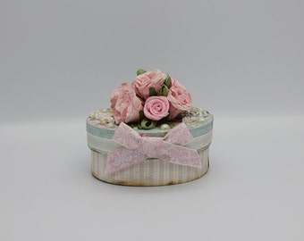 Tiny gift box with pink roses and bow