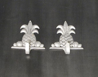 Vintage Pineapple Wall Hooks Set of 2 / Aluminum Wall Plaque Tropical Fruit Pine Apple Key Holder Wall Mount Jewelry Hanger Nature Inspired