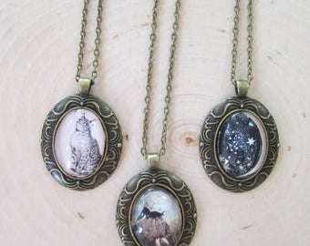 Vintage Style Oval Glass Framed Photo Necklace in Antique Gold