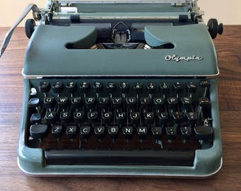 1955 Olympia SM3 DeLuxe Portable Typewriter with Case Germany