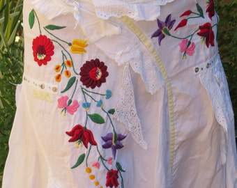 195. White bohemian hand embroidered skirt with traditional hungarian ,,kalocsai,, motif, hand embroided skirt (unused)