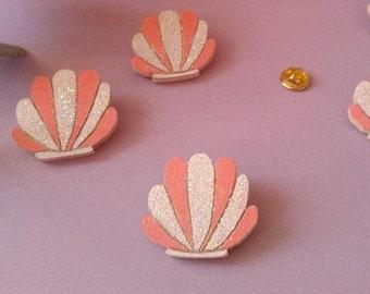 Pin's coquillage - rose pailleté - broche en bois faite main - accesoire de soirée - cadeau de noel