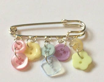 Button brooch/ kilt pin brooch