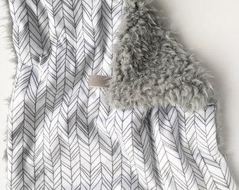 WHITE + GRAY FEATHERSTRIPE >> baby boy blanket, baby girl blanket, soft cuddle blanket, minky blanket, stroller blanket, faux fur blanket, p