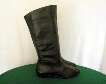 Sz 10M Tall black leather Vintage 1980s flat women pirate slouch boots.
