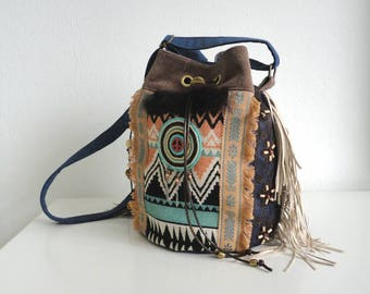Bucket bag cross body bag with adjustable strap in boho style.