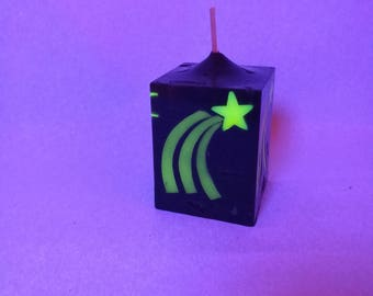 Cube candle in black with fluorescent yellow shooting stars