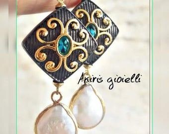 Orecchini in ematite con perle di fiume pendenti e dettagli in ottone