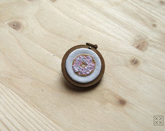"""PIN embroidered """"to go please - the donut XXL"""""""