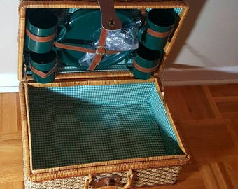 Picnic wicker basket,vintage 4 person picnic basket with plastic dishes.