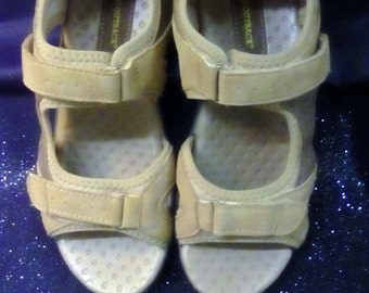 New Ladies size 10 Rugged Outback Tan Textured Soft Leather Support Rubber Sole Sandles.