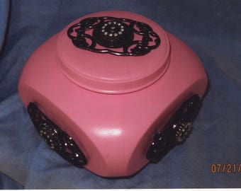 Pink pot with lid and 5 charms