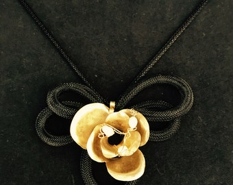 Flower bronze necklace with pearls