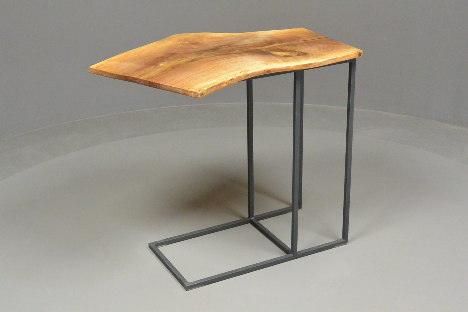 Petite table tablette d 39 appoint en fer forg et noyer for Table d appoint fer forge