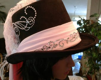 Dress up your wedding with this beautiful top hat, any bride will look gorgeous in this black and pale pink hat.