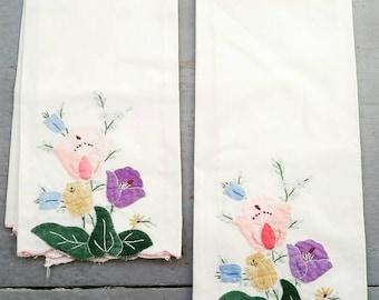 Pair of white vintage cotton applique dinner napkins. Handmade vintage floral applique napkins.