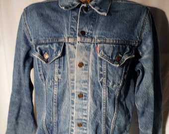 LJ153 Mens Vintage 80s LEVIS Faded Blue Button Up Red Tab Classic Styled Denim Standard 2-Pockets Jacket sz M