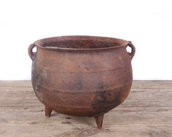 Antique Cast Iron Pot / 3 Legged Cast Iron Pot / Rusted Primitive Farm Decor / 3 Leg Tri Leg Cast Iron Cookware / Fire Bean Pot Decoration
