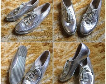 Vintage 90's LA GEAR silver sneakers size 7.5 glam