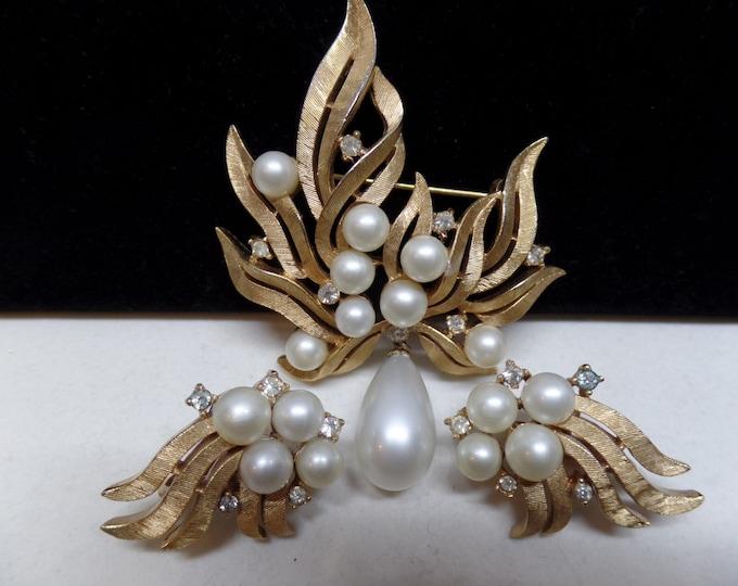 CROWN TRIFARI Signed Vintage Brushed Goldtone Pearl & Crystal Brooch Set!