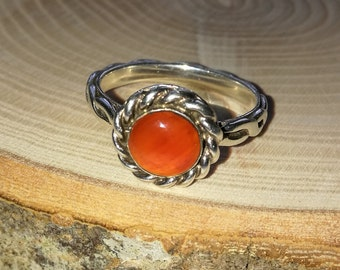 Fabulous Sterling silver ring, with orange carnelian cabochon round stone. Mens or ladies ring.