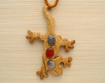 Wooden inlaid gecko pendant with agate