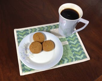Quilted Snack Mat, Green & Cream Mug Rug, Mini Placemat, Luncheon Mat, Handmade Beverage Mat, Mini Quilt, Quilted Mugrug, Teacher Gift